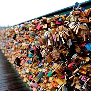 В Венеции запретили влюбленным вешать замки на мостах