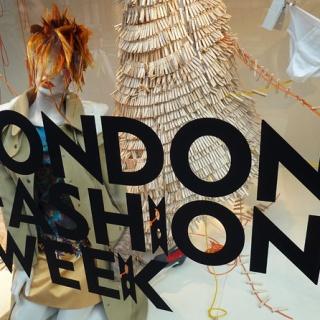 Неделя моды в Лондоне: цветочный дизайн и викторианская эпоха