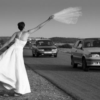 Невеста приехала на свою свадьбу автостопом