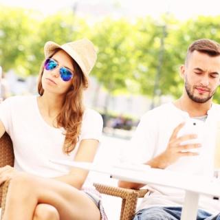 На свиданиях многие уделяют больше внимания своему смартфону, чем партнеру