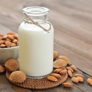 Здоровый рацион: польза миндального молока