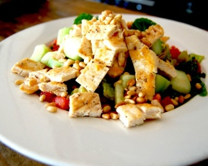 Рецепт дня: салат с курицей и орехами
