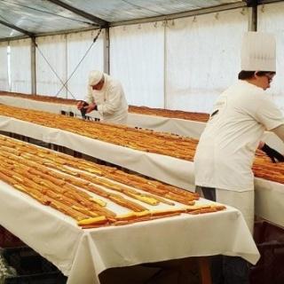 В Бельгии изготовили самый длинный эклер в мире